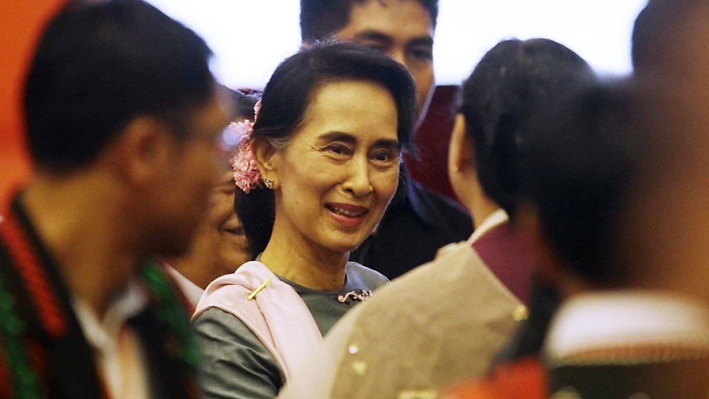 Myanmars Aussenministerin Aung San Suu Kyi ins Gespräch vertieft nach der von ihr angeregten historischen Friedenskonferenz in Naypyidaw.