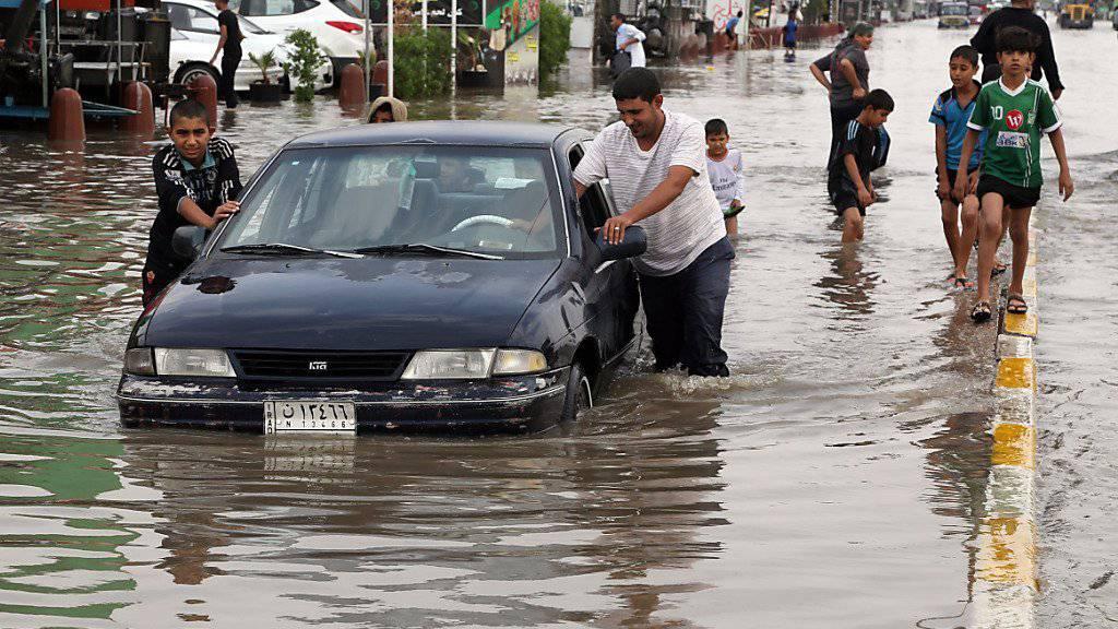 Nach schweren Unwettern stehen die Strassen der irakischen Hauptstadt unter Wasser.