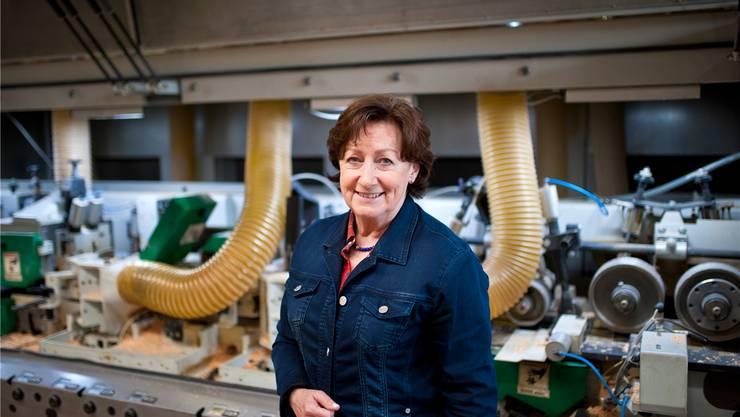 SVP-Nationalrätin Sylvia Flückiger vor einer CNC-Hobelmaschine in ihrem Betrieb, den sie mit ihrem Mann leitet. bkr