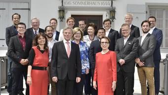 Gruppenbild mit Siegerinnen und Siegern: In der vordersten Reihe Regula Buob, Stiftungsrats-Vizepräsident Beat Graf und Norah de Vigier vor dem Sommerhaus.
