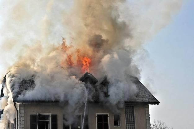 Flammen züngeln aus dem Dachstock