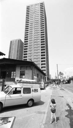 Keine Werbung fürs Quartier: Kind vor den Türmen der Hardau-Siedlung in Zürich im Jahr 1976.