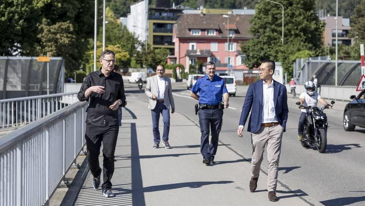 Auf der Unterengstringer Autobahnbrücke: Mario Fehr (SP) debatiert mit FDP-Gemeinderat Yiea Wey Te.