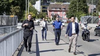 Regierungsrat Mario Fehr (SP) geht mit der Corona-Patrouille durch Unterengstringen