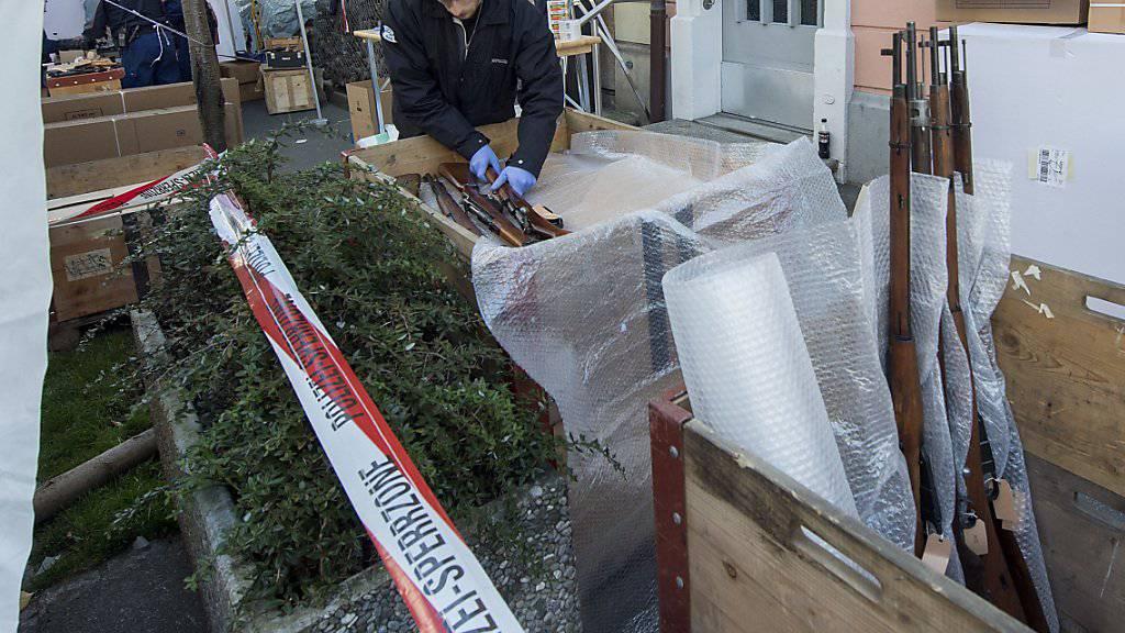 Nebst 2500 Waffen führte die Berner Kantonspolizei im Oktober 2014 auch gut 50 Kisten Munition aus dem Wohnhaus des Ex-Waffenhändlers ab. (Archivbild)
