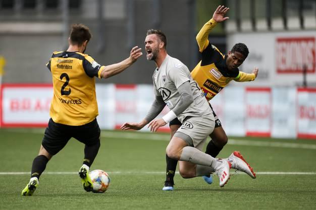 Zwei gegen einen: Stefan Maierhofer (M.) wird von Paulinho (r.) von den Füssen geholt und muss Andre Goncalves (l.) den Ball abtreten.