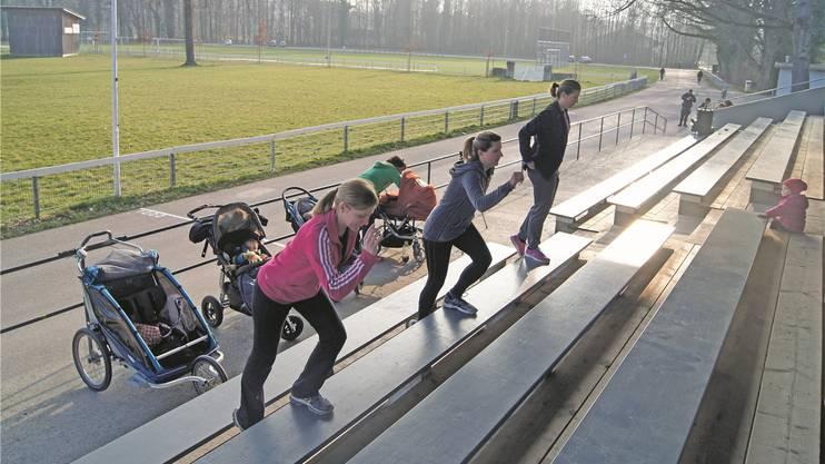 Die Frauen unter der Leitung von Julia Tebbel (vorne) trainieren fleissig – die Kinder schauen dabei fasziniert zu.MEB
