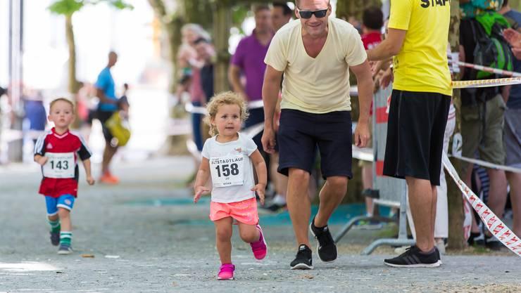In diesem Jahr gibt es für die Jüngsten am Aarauer Altstadtlauf neu eine Eltern/Kind-Kategorie.