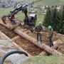 Mit schweren Baumaschinen und mithilfe der Armee werden im «Gallihubel»-Gebiet in Bottenwil die Sicherungselemente eingebaut.