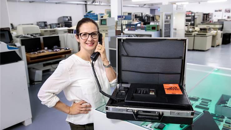 Handy anno dazumal: Museumsleiterin Violetta Vitacca mit einem Natel A. Bild: Hanspeter Bärtschi