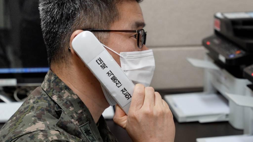 HANDOUT - Auf diesem vom südkoreanischen Verteidigungsministerium zur Verfügung gestellten Foto führt ein Militäroffizier einen Testanruf nach Nordkorea durch. Foto: Uncredited/South Korea Defense Ministry/AP/dpa - ACHTUNG: Nur zur redaktionellen Verwendung im Zusammenhang mit der aktuellen Berichterstattung und nur mit vollständiger Nennung des vorstehenden Credits
