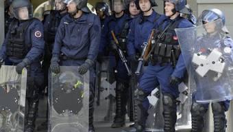Polizisten sichern Bern vor dem Cupfinal 2013 (Archiv)