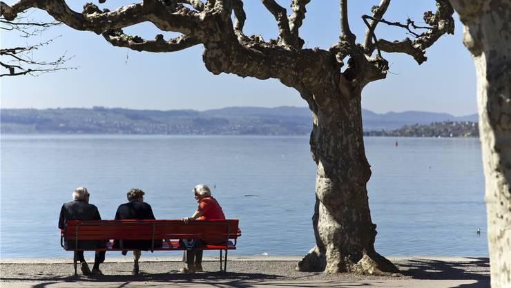 Rentner am Ufer des Zürichsees in Rapperswil. Ein Ausflug, wie ihn die Familie von Walter Egger, Edith Steiner und Brigitta Monti jetzt auch unternehmen könnte. (Symbolbild)