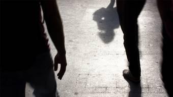 In Basel griffen in der Nacht auf Samstag drei Unbekannte einen Mann an. (Symbolbild)