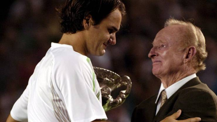 Erste Begegnung am Australian Open 2006: Roger Federer erhält aus den Händen von Rod Laver seinen Pokal