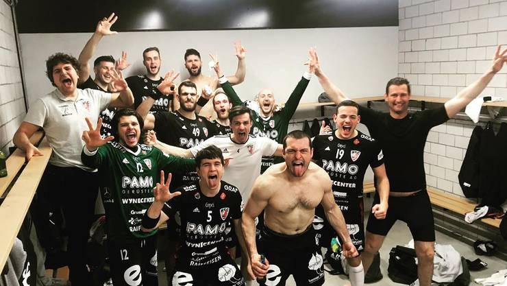 So sehen Sieger aus: Die Spieler des HSC Suhr Aarau feiern nach dem Sieg in Winterthur den fixen dritten Schlussrang in der Finalrunden-Tabelle.