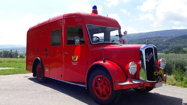 """15. August 1947 wurde der Saurer Typ: LCDD2 von der Berufsfeuerwehr Basel bei Saurer in Arbon bestellt.   23. Juli 1948 wurde ein Wettbewerb für den Ausbau des Fahrzeuges durchgeführt. Die drei besten Vorschläge wurden mit Fr. 50.-, Fr. 30.- und Fr. 20.- belohnt. Nach Div. Änderungen und Wünschen wurden am 8. August 1951 das letzte korrigierte Projekt der Feuerwehr zugestellt.  15. Januar 1953 wurde das Fahrzeug ausgeliefert und am 16. März 1953 eingelöst. 1987 wurde der Saurermotor durch ein stärkeren """"Bedfordmotor"""" ersetzt.  2. Dezember 1975 kaufte das Feuerwehrkommando der Gemeinde Witterswil den Saurer für Fr. 5000.-   Februar 1989 wurde die Carrosserie repariert, neu gespritzt Sowie die Reifen ersetzt.  Der Saurer war von 1975 bis 2007 im Dienste der Feuerwehr Witterswil.  30. Januar 2009 erwarb der Feuerwehrverein Witterswil das Fahrzeug für Fr. 5.- in nicht fahrfähigen Zustand.  Nach langem Suchen von: Originalmotor mit Getriebe, Steckachsen, Lichtmasch. Anlasser, Batterie, Pneu etc. konnte in 5 Jähriger Reparatur und Revisionsarbeiten Das Fahrzeug am 8. Juli 2014 vorgeführt und eingelöst werden. Das Veteranenfahrzeug hat die Nr. SO173227  Die totalen Kosten belaufen sich auf Fr. 24000.-"""