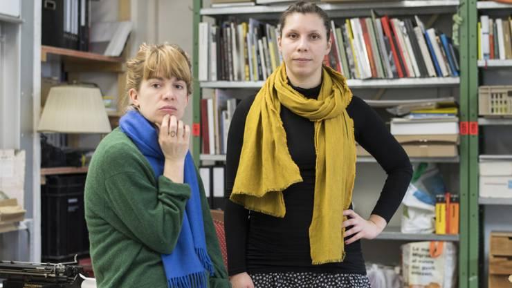 """Für Menschen auf der Flucht: Die Autorinnen Gianna Molinari, rechts, und Julia Weber, links, führen ihr Projekt """"Literatur für das, was passiert"""" auch in Quarantäne weiter."""