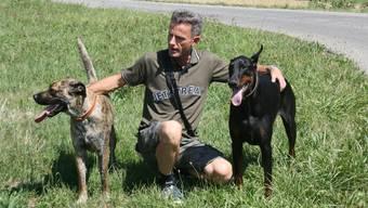 Ruedi Tanner mit Elena (l.) und Dodger (re.) will die Attacken nicht einfach hinnehmen