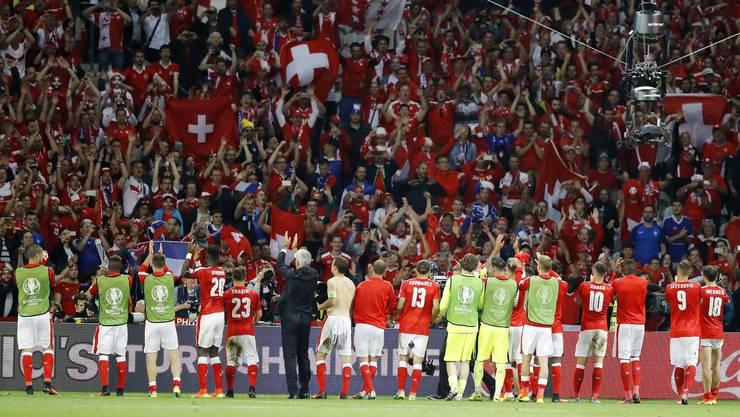 Die Schweizer Nati lässt sich von den mitgereisten Fans nach der Achtelfinal-Quali feiern.