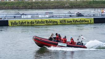 Szenen wie auf dem südlichen Polarmeer: Greenpeace-Aktivisten wollen den Rhein erobern.