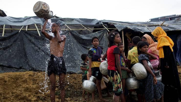 Neu angekommene Rohingya-Flüchtlinge stehen in einem notdürftig errichteten Zeltlager in Ukhia, Bangladesch, für Wasser an. (Archiv)