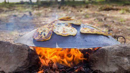 Leckere Pita-Brote über dem Feuer sind ein Geheimtipp. (Bild: Fuxxbau Camp)