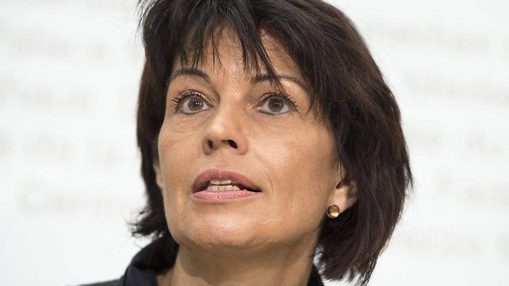 """Umweltministerin Doris Leuthard erklärt vor den Medien, weshalb der Bundesrat die Initiative """"Grüne Wirtschaft"""" ablehnt."""