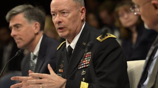 NSA-Chef Keith Alexander (m) vor Geheimdienstausschuss
