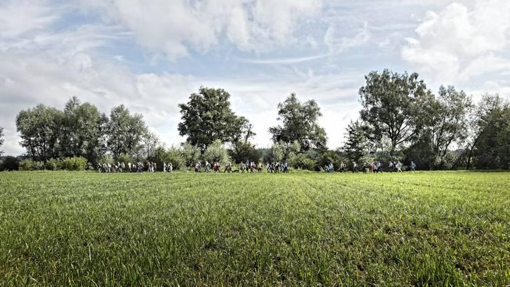 74 Leserwanderinnen und Leserwanderer liefen am 9. August entlang der Bünz.
