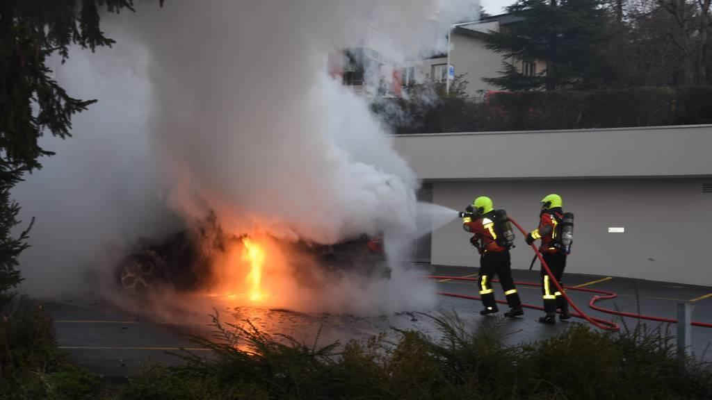 Auto vollständig auf Parkplatz ausgebrannt