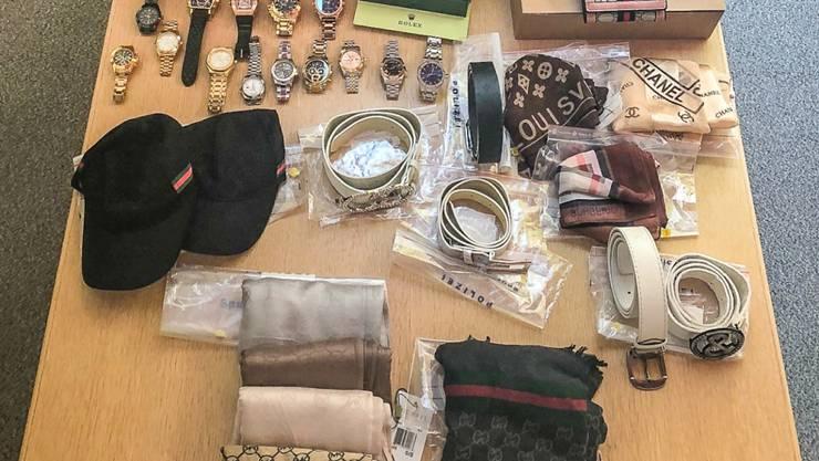 Die Kantonspolizei Zürich hat mehrere Dutzend gefälschte Uhren, Lederwaren und Schmuck sichergestellt.