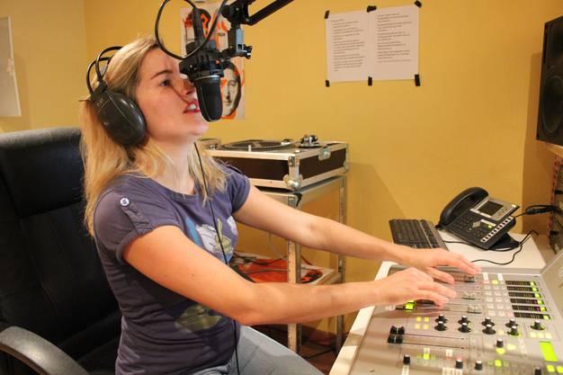 Claudia Stephani spielt ihre Lieblingsmusik - Musik, die man auf Mainstreamsendern nicht zu hören bekommt
