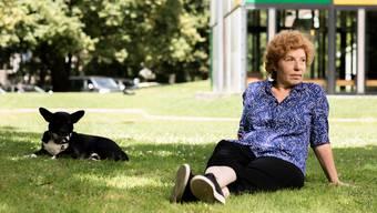Die Schriftstellerin, Architektin und Redaktorin Zora del Buono mit ihrem Hund Mica vor dem Pavillon Le Corbusier in Zürich.