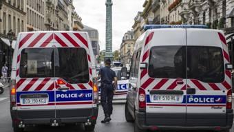 Polizeifahrzeuge blockieren den Zugang zum  Vendôme-Platz (Archiv)