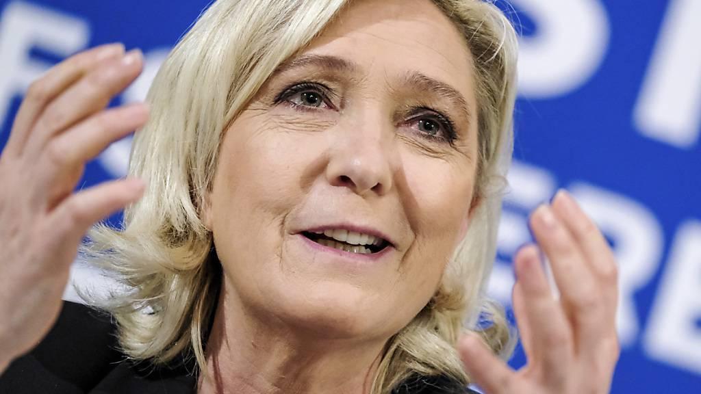 ARCHIV - Die Vorsitzende der französischen rechtspopulistischen Partei «Rassemblement National» Marine Le Pen spricht bei einer Pressekonferenz. Foto: Hendrik Osula/AP/dpa