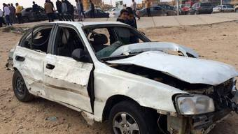 Ein zerstörter Wagen an der Stelle der Explosion