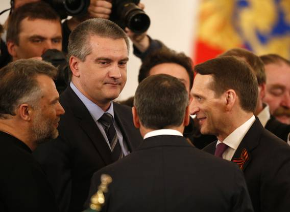 Der Anführer der improvisierten pro-russischen Krim-Regierung Sergej Aksyonov spricht mit dem russischen Parlamentariern.