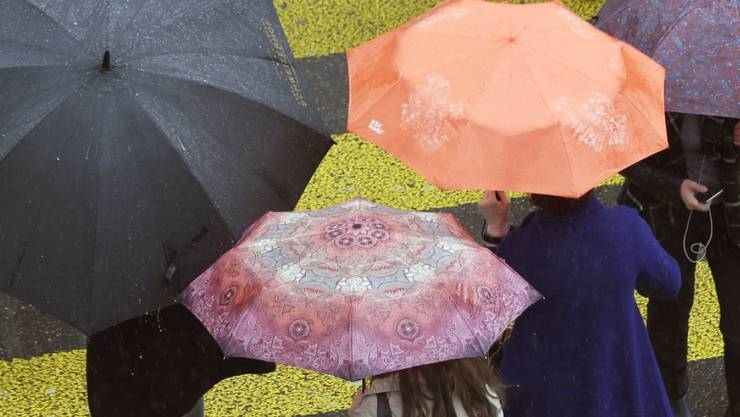 Am Wochenende sind Schirme durchaus angesagt: Meteoschweiz warnt vor Dauerregen. (Symbolbild)