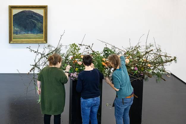 Die Aufbauarbeiten zur Ausstellung Kunst und Blumen im Aargauer Kunsthaus in Aarau laufen auf vollen Touren. Im Bild: Silvana Hassler mit ihrem Werk des Künstlers Edouard Vallet Le matin à la montagne.