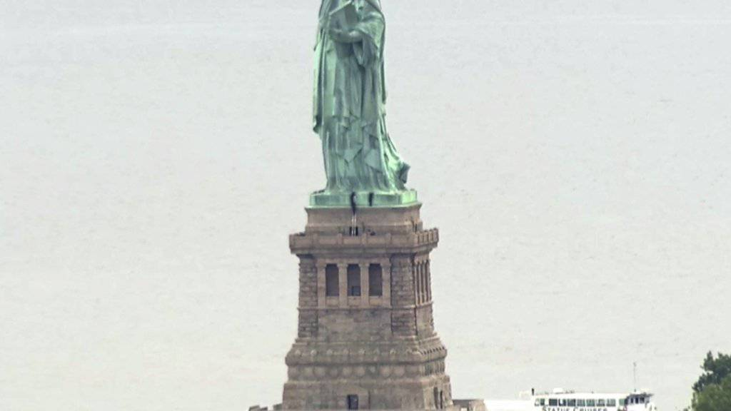 Protest gegen die Migrationspolitik von US-Präsident Donald Trump: Mehrere Kletterer erklimmen die New Yorker Freiheitsstatue.