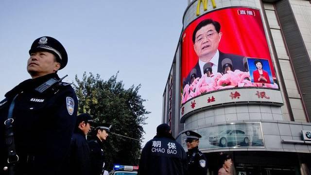 Eine Grossleinwand in Peking zeigt Chinas scheidenden Präsidenten Hu Jintao bei seiner Auftaktrede am Parteitag der Kommunistischen Partei