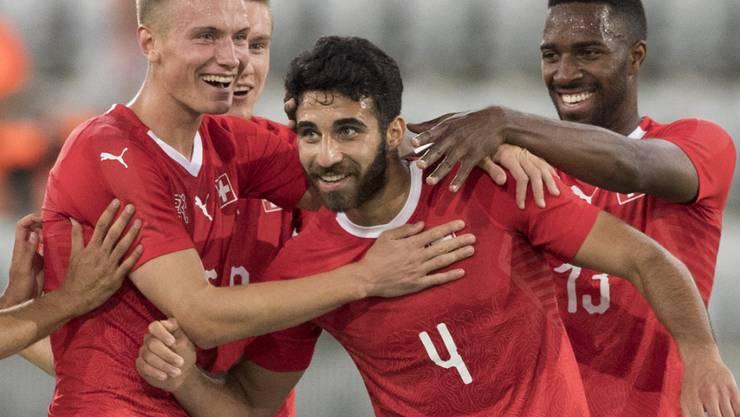 Jasper van der Werff (links), hier beim Jubeln mit Eray Cömert (Mitte) und Ulisses Garcia im Schweizer U21-Nationalteam