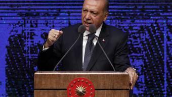 Der türkische Staatspräsident Recep Tayyip Erdogan schlägt symbolisch zurück und verhängt seinerseits Sanktionen gegen zwei US-Minister. Hintergrund ist der Streit um einen in der Türkei inhaftierten US-Pastor. (Archiv)