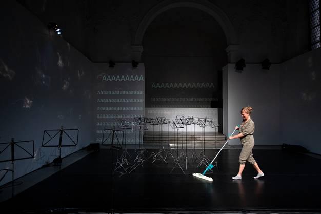 Anet Fröhlicher sorgt sich selbst um das kleinste Detail vor der Premiere. Der Tanzboden muss perfekt sauber sein.