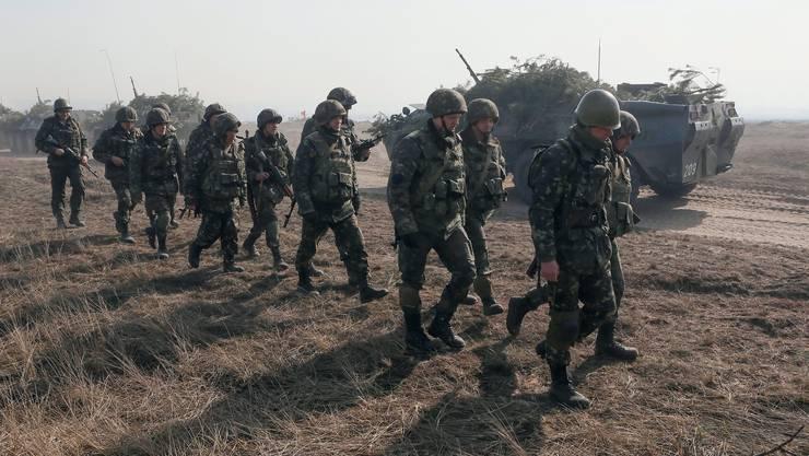 Ukrainische Soldaten bei einer Übung. (Archiv)
