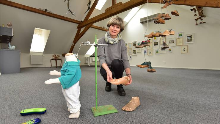 Neuer Ausstellungsraum an der Ringstrasse 39: Kunstvereinspräsidentin Gabriele Bono mit Installation «Evolutions» des Solothurner Künstlers Fritz Breiter.