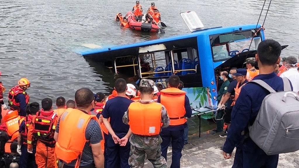 Rettungsarbeiter arbeiten an der Stelle eines Busunfalls im Südwesten der chinesischen Provinz Guizhou. Foto: Long Rui/XinHua/dpa
