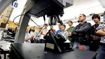 So funktionierts: Lernende besichtigen die Werkstätten in Bellach.  Felix Gerber