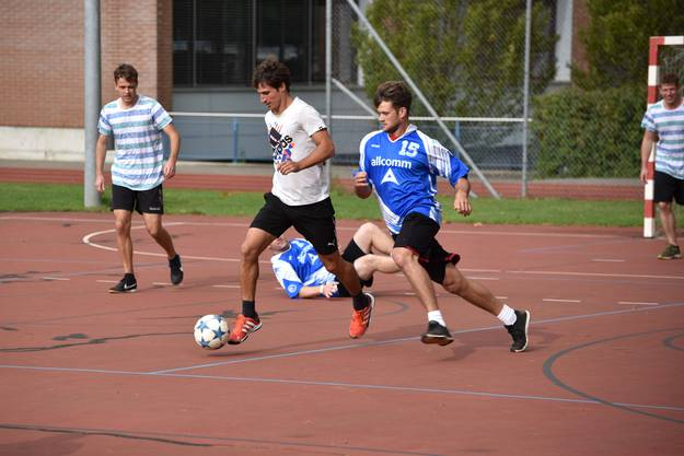 Volle Konzentration auf den Ball – auch beim Handball-/Fussball-Plauschturnier auf den Aussenplätzen.
